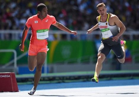【陸上】男子100メートル予選、4組2着でフィニッシュするケンブリッジ飛鳥(左)=リオデジャネイロの五輪スタジアムで2016年8月13日、三浦博之撮影