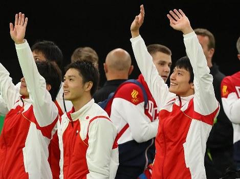 男子決勝を終え、スタンドの声援に応える棟朝銀河(手前右)、伊藤正樹(同左)ら=リオデジャネイロのリオ五輪アリーナで2016年8月13日、小川昌宏撮影