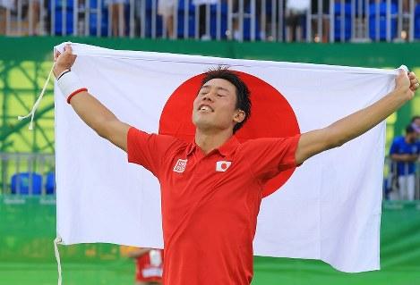 3位決定戦でラファエル・ナダルを破り銅メダルを獲得。日の丸を掲げ万感の表情の錦織圭=リオデジャネイロの五輪テニスセンターで2016年8月14日、梅村直承撮影