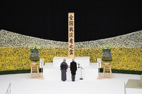全国戦没者追悼式で黙とうされる天皇、皇后両陛下=東京都千代田区の日本武道館で2016年8月15日正午、内藤絵美撮影