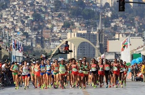 後方にファベーラが広がるサンボドロモを一斉にスタートする選手たち。左側には福士加代子の姿が見える=リオデジャネイロで2016年8月14日、梅村直承撮影