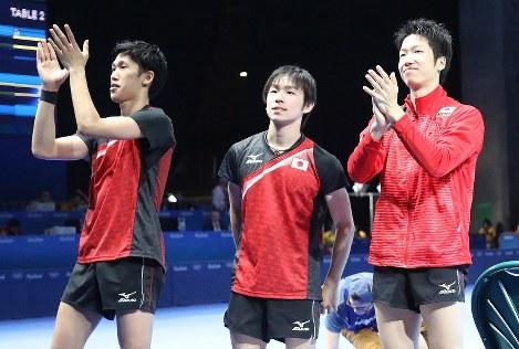 準々決勝で香港に勝利し、応援してくれた人々にあいさつする(左から)吉村、丹羽、水谷=リオ中央体育館で2016年8月14日、山本晋撮影