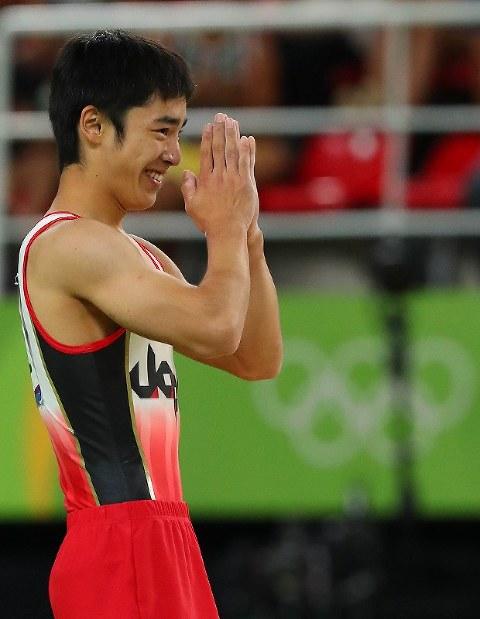 演技を終え、スタンドに向かって手を合わせる白井健三=リオデジャネイロのリオ五輪アリーナで2016年8月14日、小川昌宏撮影
