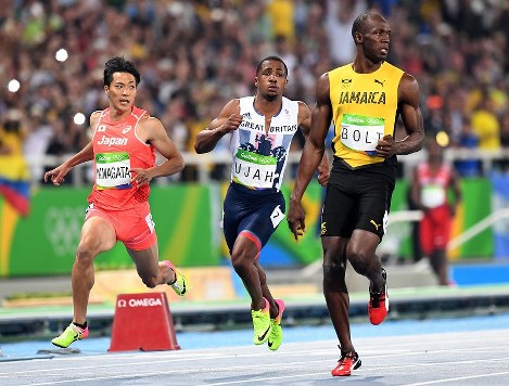準決勝2組5着でフィニッシュする山県亮太(左)。右は1位で決勝に進んだジャマイカのウサイン・ボルト=リオデジャネイロの五輪スタジアムで2016年8月14日、三浦博之撮影