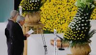 全国戦没者追悼式でおことばを述べられる天皇陛下=東京都千代田区の日本武道館で2016年8月15日午後0時1分、長谷川直亮撮影