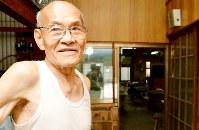 現在の手すき工場で思いを語る長谷川寿さん=鳥取市青谷町河原で、小野まなみ撮影