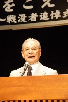 戦争体験を語る三鷹市遺族会副会長の島田武治さん=同市公会堂で