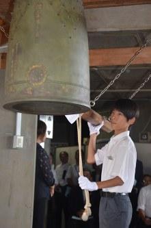 平和式典で鐘をつく佐倉平和使節団の中学生=佐倉市役所で