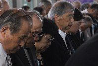 県戦没者追悼式で黙とうする参列者=横浜市港南区の県戦没者慰霊堂で