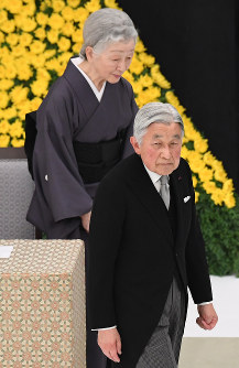 全国戦没者追悼式を終え、退席される天皇、皇后両陛下=東京都千代田区の日本武道館で2016年8月15日午後0時22分、内藤絵美撮影
