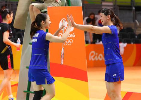 決勝進出を決め、喜ぶ松友美佐紀(左)、高橋礼華組=リオデジャネイロのリオ中央体育館で2016年8月16日、小川昌宏撮影
