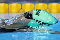 リオ五輪競泳女子100メートル背泳ぎで力泳するネパールの選手=ゲッティ