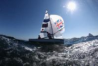 リオ五輪セーリング470級で、リオの海風をつかんで走る英国チーム=ゲッティ