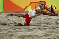 リオ五輪ビーチバレーボールで、ボールに飛びつく米国選手=ゲッティ