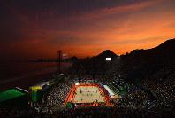 夕暮れ時のリオの海岸に浮かぶ五輪ビーチバレーボール会場=ゲッティ