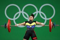 リオ五輪重量挙げ女子58キロ級でバーベルを挙げようとするベネズエラの選手=ゲッティ