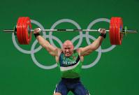 リオ五輪重量挙げ男子94キロ級でバーベルを挙げようとするリトアニアの選手=ゲッティ