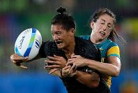 リオ五輪7人制ラグビー女子で、オーストラリア選手のタックルを受けるニュージーランドの選手=ゲッティ