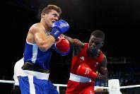 リオ五輪ボクシング男子81キロ級で英国の選手が放ったパンチがアルジェリアの選手の顔面にヒット=ゲッティ