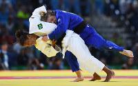 リオ五輪柔道女子57キロ級で、ルーマニア選手に投げをうつブラジルの選手=ゲッティ