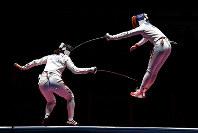リオ五輪フェンシング女子エペ団体で、中国チームの選手(左)と戦うルーマニアチームの選手=ゲッティ