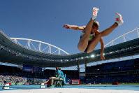 リオ五輪陸上女子七種競技走り幅跳びで跳躍するドイツの選手=ゲッティ