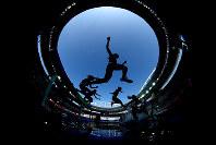リオ五輪陸上女子3000メートル障害で、水濠を越える選手=ゲッティ