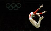 リオ五輪体操女子総合予選の平均台で演技する杉原愛=ゲッティ