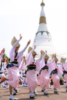 平和記念塔パゴダの前で阿波踊りを奉納する踊り手たち=徳島市の眉山山頂で、数野智史撮影