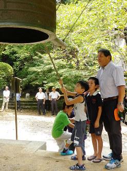 平和への願いを込めて鐘をつく子供たち=天理市の長岳寺で、2016年8月15日午後0時1分、熊谷仁志撮影