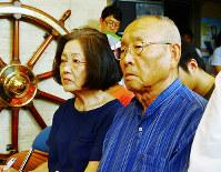 11年ぶりに慰霊式典に参列し、海軍徴用船の機関長だった父親をしのぶ広瀬善之さん(右)=神戸市中央区の「戦没した船と海員の資料館」で、松本杏撮影