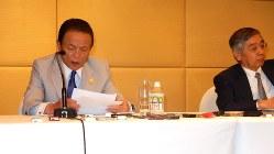 G20財務相・中央銀行総裁会議の閉幕後会見で「過剰生産」が取り上げられた背景を説明する麻生太郎財務相(左)=中国四川省成都で2016年7月24日、赤間清広撮影