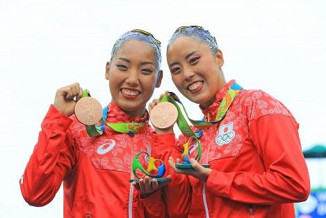 デュエットで銅メダルを獲得し笑顔の乾友紀子(右)・三井梨紗子組=リオデジャネイロのマリア・レンク水泳センターで2016年8月16日、梅村直承撮影