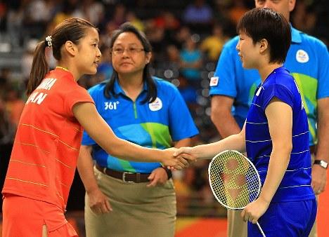 準々決勝の試合前に握手を交わす山口茜(右)と奥原希望=リオデジャネイロのリオ中央体育館で2016年8月16日、梅村直承撮影