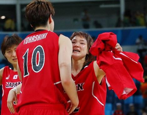 準々決勝【日本―米国】米国に敗れるも、渡嘉敷来夢(左)と抱き合って健闘をたたえ合う吉田亜沙美=リオデジャネイロのカリオカアリーナで2016年8月16日、小川昌宏撮影