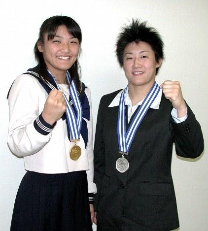 2002年11月、毎日新聞記者の取材にポーズを取る18歳の伊調馨選手(左)と21歳の千春さん=亀井宏昭撮影