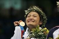 アテネ五輪で金メダルを獲得し、笑顔を見せる伊調馨=ギリシャ・アテネのアノリオシア・ホールで2004年8月23日、尾籠章裕撮影