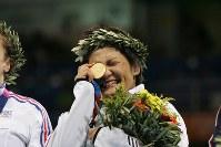 アテネ五輪のレスリングフリースタイル女子キロ63級表彰式で金メダルを手に涙ぐむ伊調馨選手=ギリシャ・アテネのアノリオシア・ホールで2004年8月23日、尾籠章裕撮影