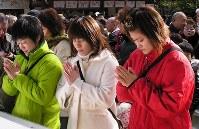 熱田神宮で北京五輪での必勝を祈願する(左から)伊調千春、吉田沙保里、伊調馨=2008年1月14日、武藤佳正撮影