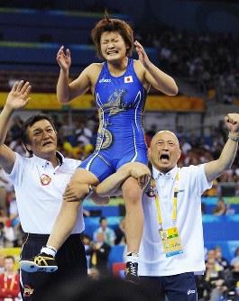 北京五輪のレスリング女子63キロ級で優勝し、栄コーチ(右)らに肩車され歓声に応える伊調馨=北京市の中国農大体育館で2008年8月17日、矢頭智剛撮影