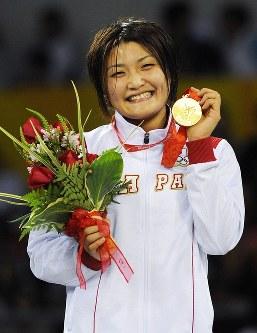 北京五輪のレスリング女子63キロ級決勝でカルタショワを破りメダルを手に歓声に応える伊調馨=北京市の中国農大体育館で2008年8月17日、矢頭智剛撮影