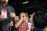 ロンドン五輪の決勝戦で伊調馨選手に声援を送る姉の千春さん=ロンドンで2012年8月8日、川崎桂吾撮影