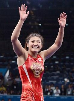 ロンドン五輪のレスリング女子63キロ級で優勝し、歓声に応える伊調馨=ロンドンのエクセルで2012年8月8日、西本勝撮影