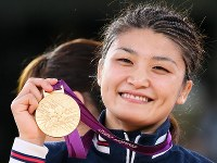 ロンドン五輪のレスリング女子63キロ級で優勝し、金メダルを手に笑顔を見せる伊調馨=ロンドンのエクセルで2012年8月8日、佐々木順一撮影