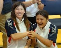 IOC総会での審議の結果、2020年東京五輪でのレスリング競技の存続が決定し、手を取り合って喜ぶ吉田沙保里(左)と伊調馨=東京都北区の味の素ナショナルトレーニングセンターで2013年9月9日午前0時34分、宮間俊樹撮影