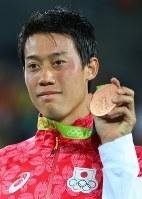 テニス男子シングルスで銅メダルを獲得した錦織圭=2016年8月14日、小川昌宏撮影