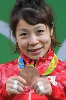 ウエイトリフティング女子48キロ級で銅メダルを獲得した三宅宏実=2016年8月6日、和田大典撮影