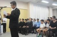 お別れの言葉で父王将さんらへの思いを述べた冨岡謙蔵さん(左)=熊本県嘉島町の嘉島斎場で2016年8月16日午前11時22分、取違剛撮影