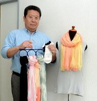 自慢の和紙繊維の商品を紹介する藤代政己会長=福井市和田東1のキュアテックス福井工場で