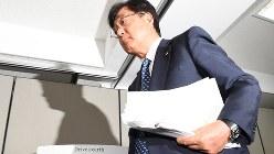 三菱自動車の益子修会長兼社長。燃費データ不正問題の特別調査委報告を受けた記者会見で=2016年8月2日、内藤絵美撮影
